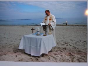 Pastor Vogel bei einer Strandtaufe